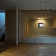 Salas multimedia de estilo asiático por 田村の小さな設計事務所