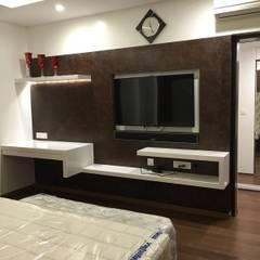 Master bedroom TV unit:  Bedroom by Studio Stimulus