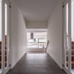 Villa Montfoort:  Gang en hal door Station-D Architects