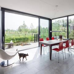 Villa Montfoort:  Woonkamer door Station-D Architects