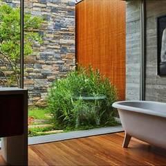 Amplitude do campo visual.: Casas de banho  por Obr&Lar - Remodelação de Interiores