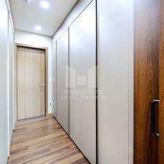 네 가족을 위한 공간설계가 돋보이는 단독주택: 코원하우스의  드레스 룸