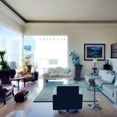 Living room by Excelencia en Diseño,