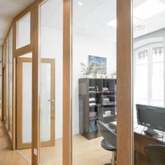 Rénovation contemporaine étude notariale Lyon : Bureaux de style  par réHome