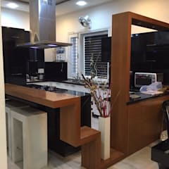 moduler kitchen with breakfast counter: modern Kitchen by Square Designs