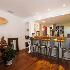 APARTAMENTO JARDIM OCEÂNICO | Rio de Janeiro: Salas de jantar  por Tato Bittencourt Arquitetos Associados