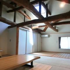 築70年の伝統工法民家の改装(全面耐震補強共)工事: 氏原求建築設計工房が手掛けた寝室です。,