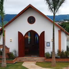 Exteriores: Casas campestres por MBDesign Arquitetura & Interiores