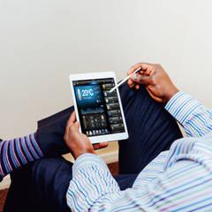 Contrôlez tous les équipement de votre habitation, bureau ou commerce: Salle multimédia de style  par be smarthome