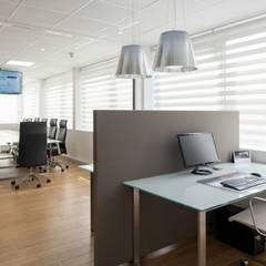 Réhabilitation contemporaine complète pour un espace de bureaux à Paris: Bureaux de style  par réHome
