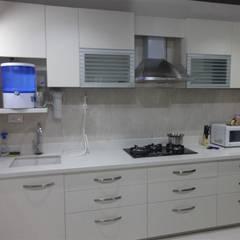 ห้องครัว โดย aashita modular kitchen, โมเดิร์น แผ่น MDF
