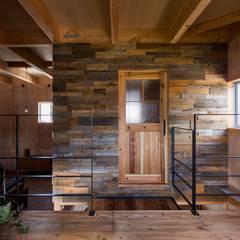 ishibe house: ALTS DESIGN OFFICEが手掛けた窓です。,ラスティック 木 木目調