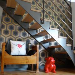 UNE DÉCO FUN ET COLORÉE !: Couloir et hall d'entrée de style  par UN AMOUR DE MAISON,
