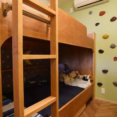 2段ベッドとボルダリングウォール: 株式会社エキップが手掛けた子供部屋です。