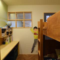 木製室内窓、デスク、収納家具: 株式会社エキップが手掛けた子供部屋です。