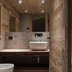 Recupero di un Tabià a Selva di Cadore: Bagno in stile  di EXiT architetti associati