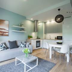 Nadmorski apartament: styl , w kategorii Salon zaprojektowany przez MOA design