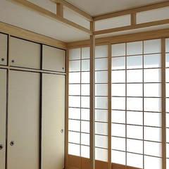 Armadio con ante Fusuma e Pareti scorrevoli Shoji: Camera da letto in stile in stile Asiatico di Arpel