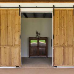 Puerta antigua convertida en corredera.: Ventanas de estilo  de Conely
