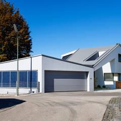 Haus F: moderne Garage & Schuppen von WSM ARCHITEKTEN