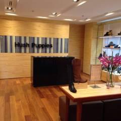 PROYECTO MOBILIARIO COMERCIAL HUSH PUPPIES FONTANAR: Oficinas y Tiendas de estilo  por La Carpinteria - Mobiliario Comercial