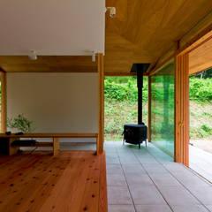 養父の家: エイチ・アンド一級建築士事務所 H& Architects & Associatesが手掛けたリビングです。,北欧 木 木目調