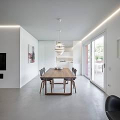 اتاق غذاخوری توسطBurnazzi  Feltrin  Architects, مینیمالیستیک