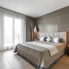 Restrained color palette of bedroom's interior. Villa near Monaco.: Camera da letto in stile  di NG-STUDIO Interior Design