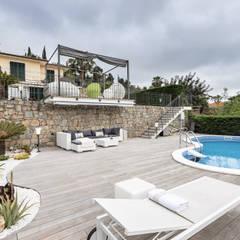 Lounge zone near a modern pool. Villa on Cote d'Azur.: Piscina in stile  di NG-STUDIO Interior Design