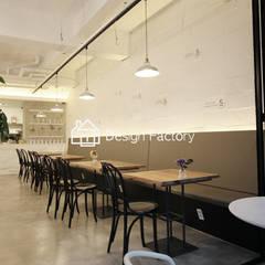 BRUNCH CAFE 'bonbeloo5': 디자인팩토리의  다이닝 룸