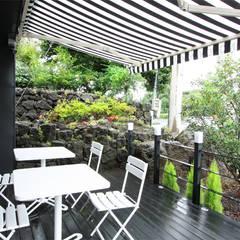 CAFE 'MONGNI MONGRI': 디자인팩토리의  베란다