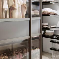 Begehbarer Kleiderschrank über Eck:  Ankleidezimmer von Elfa Deutschland GmbH
