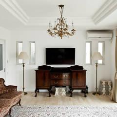 アンティーク家具と暮らすロフトのある家: 遊友建築工房が手掛けたリビングです。