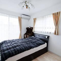 アンティーク家具と暮らすロフトのある家: 遊友建築工房が手掛けた寝室です。