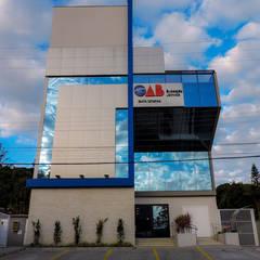 Sede Regional da OAB: Centros de congressos  por Cecyn Arquitetura + Design