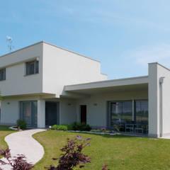 VILLA UNIFAMILIARE [CALVENZANO]  www.marlegno.it  - Progetto: Arch. Tura: Case in stile in stile Moderno di Marlegno