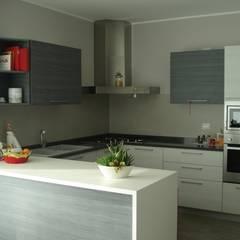 VILLA UNIFAMILIARE [CALVENZANO]  www.marlegno.it  - Progetto: Arch. Tura: Cucina in stile  di Marlegno