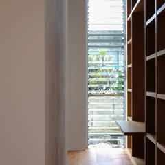 House in Yaese: STUDIO COCHI ARCHITECTSが手掛けた書斎です。