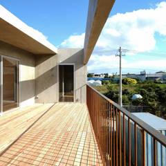 House in Yaese: STUDIO COCHI ARCHITECTSが手掛けたテラス・ベランダです。