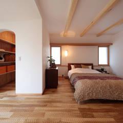 名栗加工の床は、足ざわりが心地よく、光を和らげる: 四季の住まい株式会社が手掛けた寝室です。