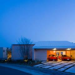 愛車と暮らす家(フェラーリ) の Kenji Yanagawa Architect and Associates モダン 木 木目調