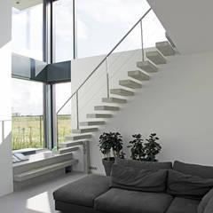 Betonnen trap:  Gang en hal door Archstudio Architecten | Villa's en interieur
