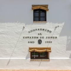Fachada con ventanas rústicas: Ventanas de estilo  de Conely