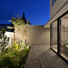 コートヤード夜景: 株式会社ブレッツァ・アーキテクツが手掛けたテラス・ベランダです。