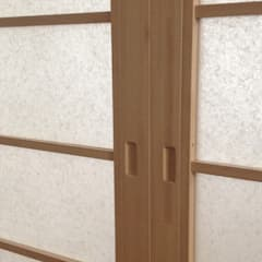 Dettaglio anta scorrevole shoji: Camera da letto in stile in stile Asiatico di Arpel