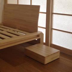 Dettaglio letti e comodino: Camera da letto in stile in stile Asiatico di Arpel