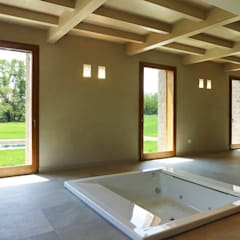 Area spa con vasca Teuco idromassaggio a pavimento : Spa in stile  di Stefano Zaghini Architetto