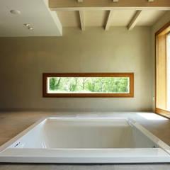 Area spa con vasca Teuco idromassaggio a pavimento: Spa in stile  di Stefano Zaghini Architetto