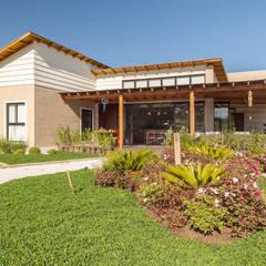 Casa de Campo: Casas  por Juliana Lahóz Arquitetura