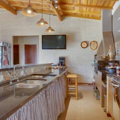 Casa de Campo Cozinhas campestres por Juliana Lahóz Arquitetura Campestre